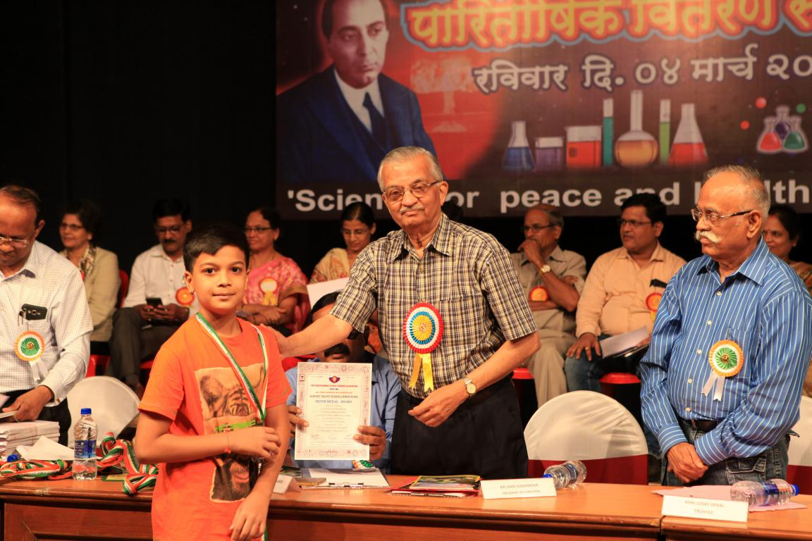 Dhruvil receiving the award for Dr Homi Bhabha Balvaidnyanik Competition