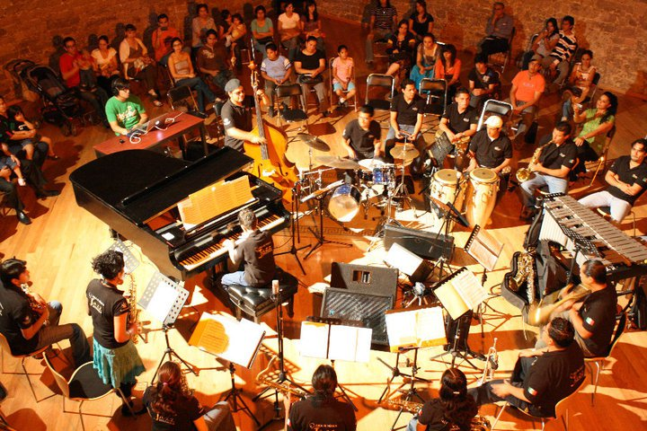 People listening to live music. Image source: Wikimedia Commons